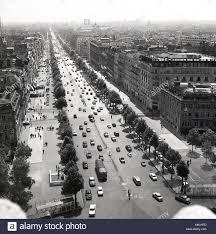Années 1950, Paris, France, historique, d'un photo de la ville et d'un  long, droit, large boulevard bordé d'arbres, l'Avenue des Champs Elysées,  peut-être le plus célèbre rue dans le monde Photo Stock -